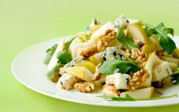 Salada de pêra, favas, nozes e queijo azul