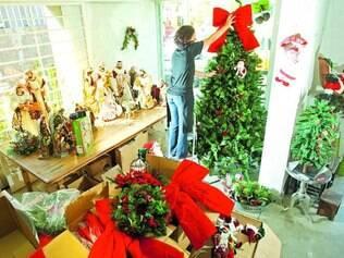 Nas lojas especializadas da capital estão sendo dados os últimos retoques na decoração natalina