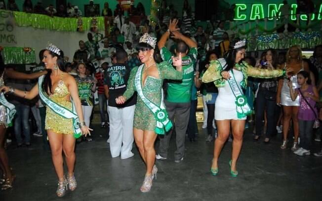 Fernanda Passos, Solange Gomes e Mulher Moranguinho dançam no meio do público