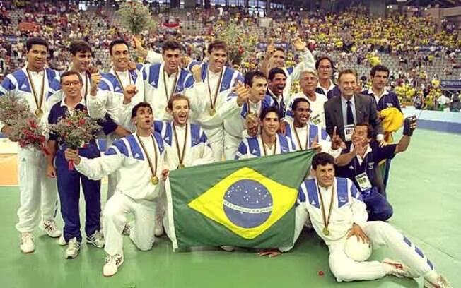 A seleção brasileira de vôlei comemora o ouro histórico em Barcelona