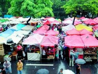 Foto geral da feira. Ou outra de detalhes de barracas ou feirantes
