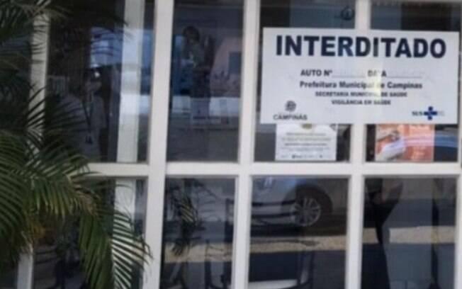 Com sujeira e itens expirados, Vigilância interdita farmácia de manipulação em Campinas