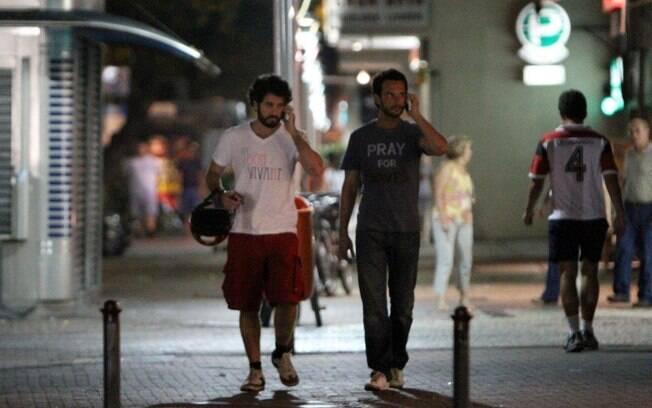 Rodrigo Santoro e Eriberto Leão foram flagrados caminhando por Ipanema, no Rio, na noite dessa segunda-feira (13)