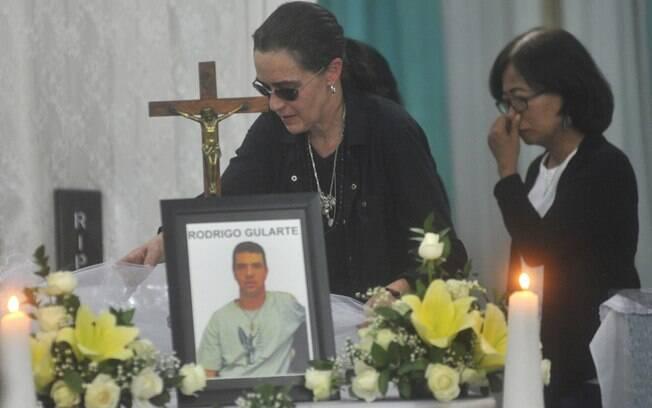 Angelita Muxfeldt, à esq., prima de Rodrigo Gularte, toca o caixão em casa funerária de Jacarta, Indonésia