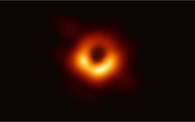 Imagem mostra o material composto por gás e poeira ao redor do buraco negro supermassivo no centro da galáxia M87.