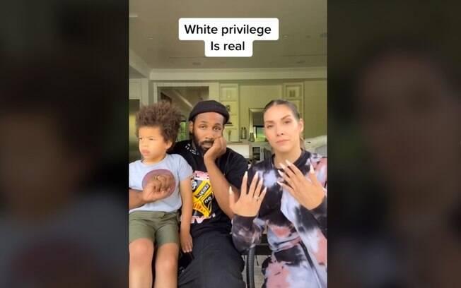 Allison, Stephen e o filho do casal durante o vídeo.
