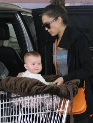 Enquando a mãe colocava as compras no carro, Haven Garner prestava atenção nos paparazzi que cervavam a atriz