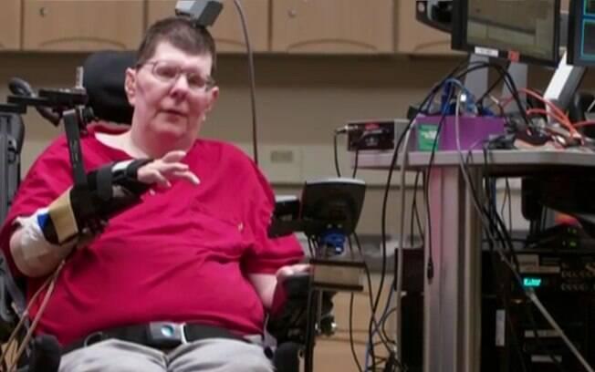 Paralisado há oito anos, Bill Kochevar recuperou a habilidade de beber e se alimentar sem ajuda graças à tecnologia