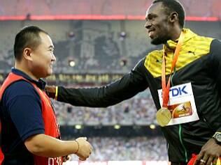 Bolt recebe ouro e pulseira da amizade