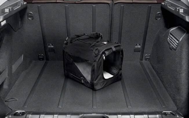 Por usar a mesma plataforma PF1 que o hatch 208, o Peugeot 2008 não pode crescer muito em espaço interno, contando com apenas 355 litros de porta-malas.