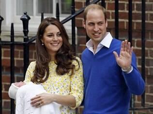 Kate Middleton deixa a maternidade dez horas após o nascimento da filha