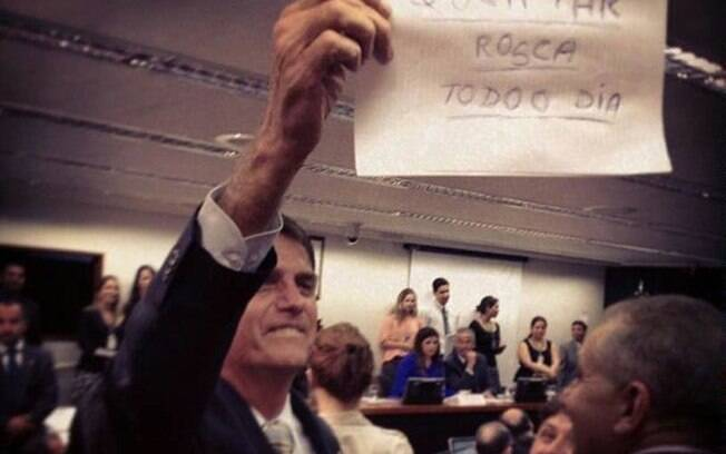 Ele mais uma vez: o deputado Jair Bolsonaro é um dos parlamentares que já se posicionou contrário ao PL-7582, de autoria da deputada Maria do Rosário (PT-RS), que define crimes de ódio e intolerância e cria mecanismos para combatê-los