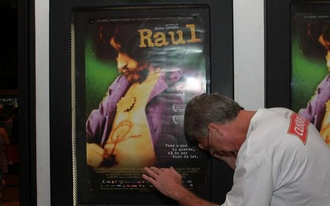 Pedro Bial brinca com o cartaz do filme, fazendo uma reverência ao cantor Raul Seixas
