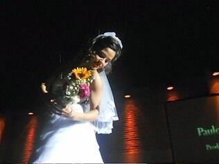 Presa a cabos de aço, a noiva surpreende os convidados...