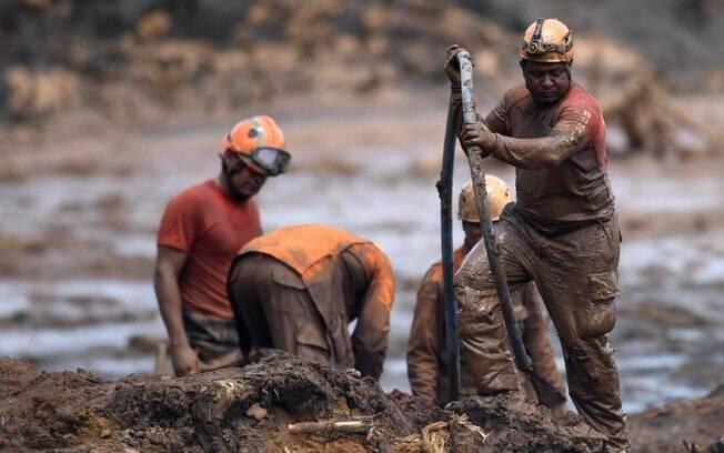 Equipes de resgate trabalham para encontrar corpos na área do rompimento da barragem da Vale em Brumadinho