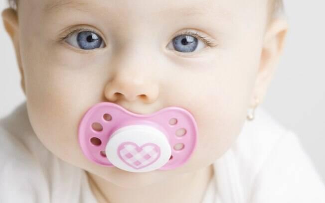 Na recomendação de muitos pediatras, a chupeta é terminantemente proibida. Ainda assim, é um dos objetos mais comuns nas casas com bebês