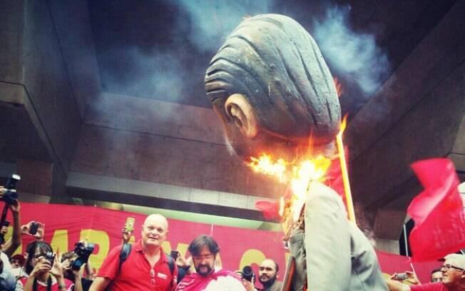 Manifestantes queimam o boneco de Eduardo Cunha durante ato semelhante, realizado em março