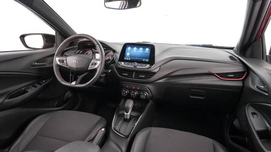 Chevrolet Onix RS: apenas filetes e costuras vermelhas estão entre as outras diferenças em relação às demais versões do Onix