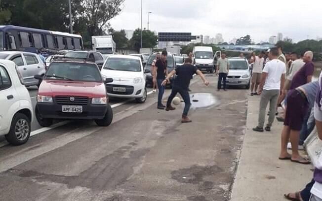 Com marginal alagada, paulistanos aproveitam para jogar futebol