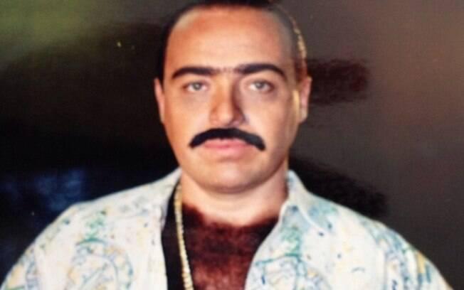 Gugu disfarçado de taxista. ' Eu com peruca de peito (isso existe) e bigode postiço quando gravava o Táxi do Gugu'