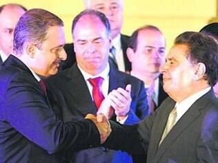 Eduardo Campos cumprimenta João Lyra durante a posse no Recife