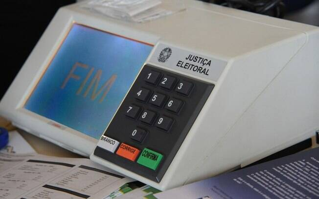 Para permitir as diferentes votações, a Secretaria de Tecnologia da Informação do TSE desenvolveu um programa que permite adaptar a urna eletrônica de acordo com cada pleito