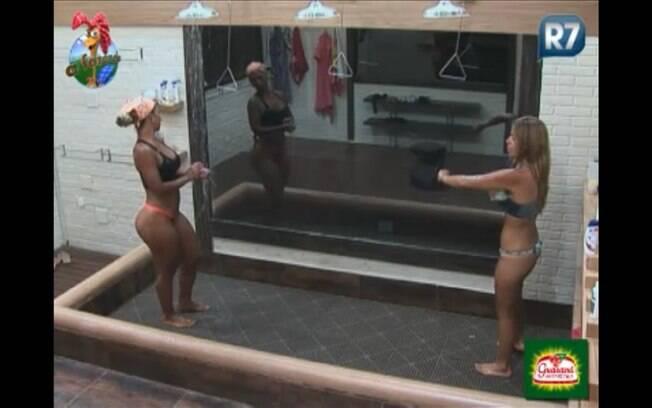 Valesca e Raquel conversam no chuveiro
