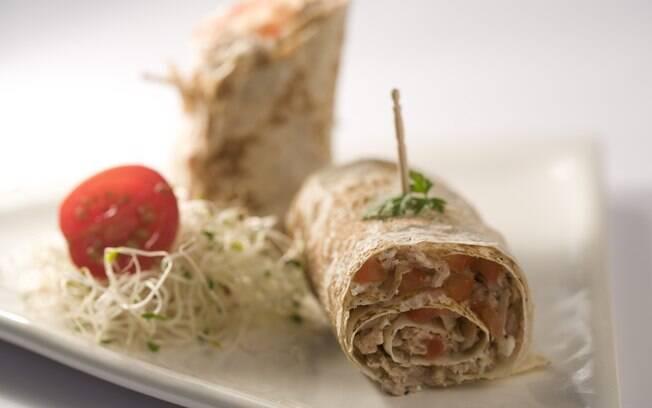 Foto da receita Wrap com atum, salada e cottage pronta.