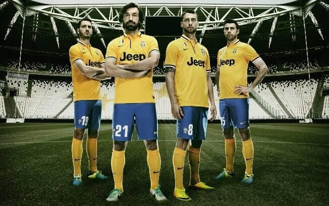 Pirlo (segundo da esquerda para a direita) com o uniforme da Juventus