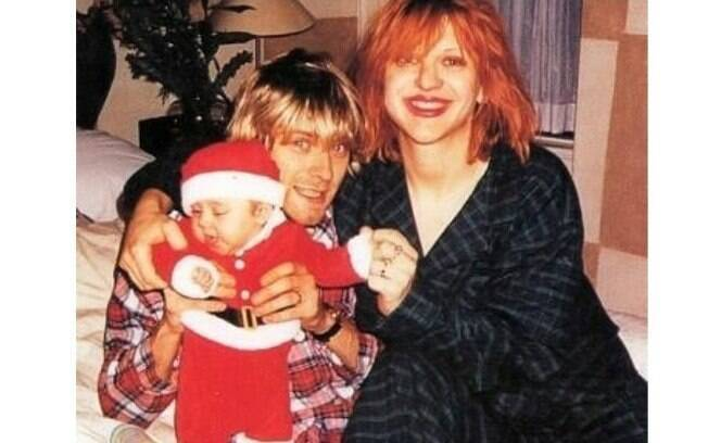 Frances Bean Cobain compartilha uma foto desejando Feliz Natal ao lado do Pai Kurt Cobain e da mãe Courtney Love