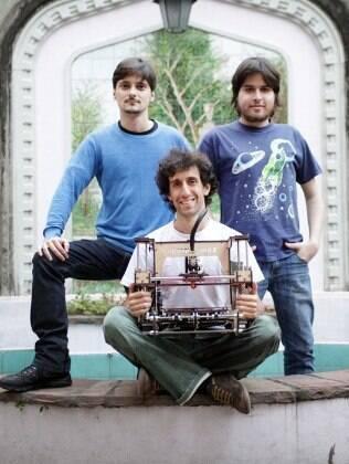 Da esquerda para a direita, Rodrigo, Felipe Sanches e, sentado, Felipe Moura, os donos da Metamáquina