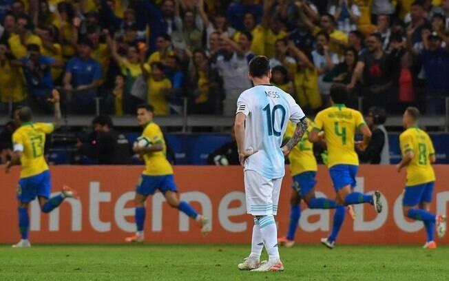 Messi só observa os jogadores do Brasil celebrando gol