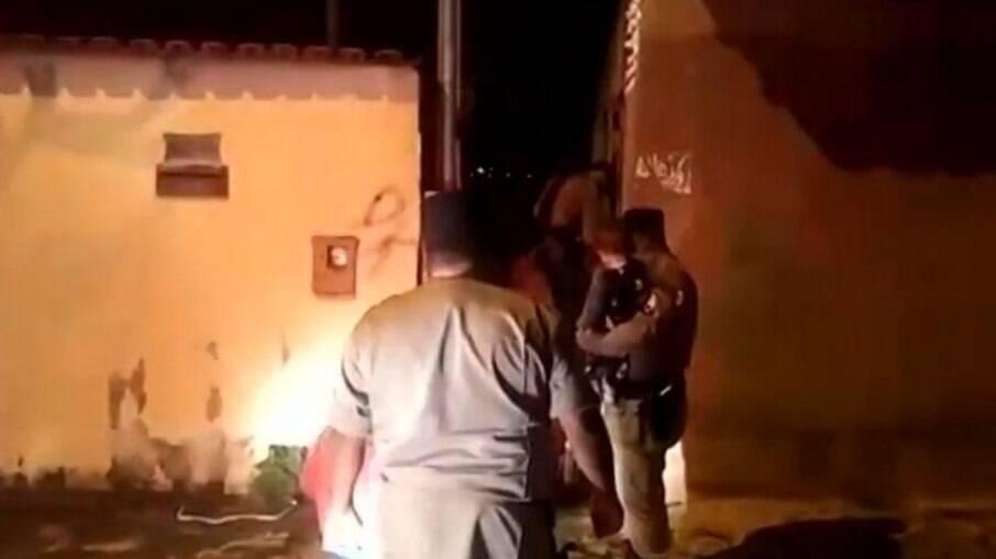 Momento em que policiais fazem o resgate da mãe e de seus dois filhos, em Goiânia