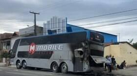 Ônibus de clube pega fogo após problema no motor