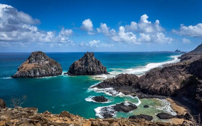 O arquipélago brasileiro oferece lindas paisagens para apreciar e lugares para mergulhar com animais marinhos