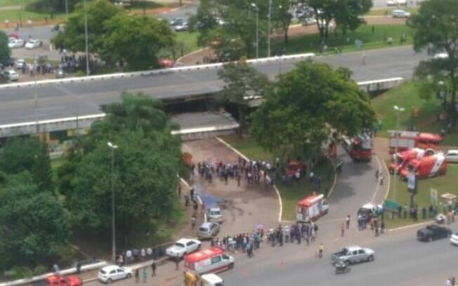 Parte de viaduto desabou por volta do meio-dia desta terça-feira, no Eixão Sul, na área central da capital federal