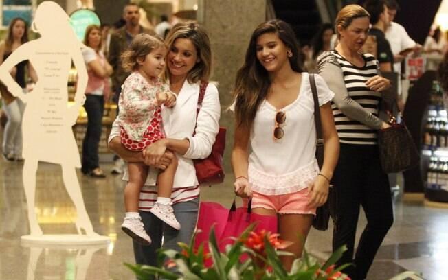 86e8e27e59196 Flávia Alessandra se divertiu com as filhas em um shopping carioca na noite  dessa quinta-