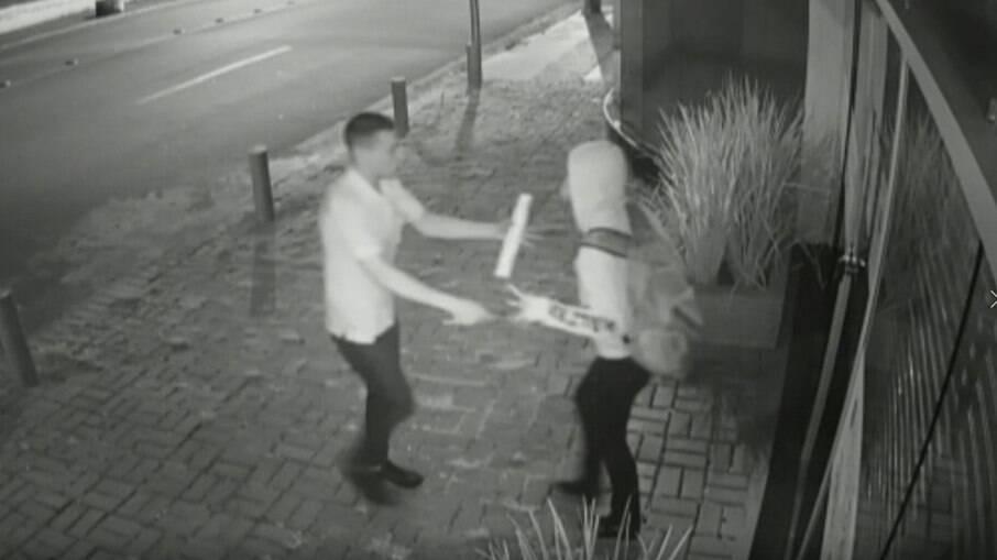Vídeo: mulher luta com assaltante e se salva com ajuda de motorista de ônibus