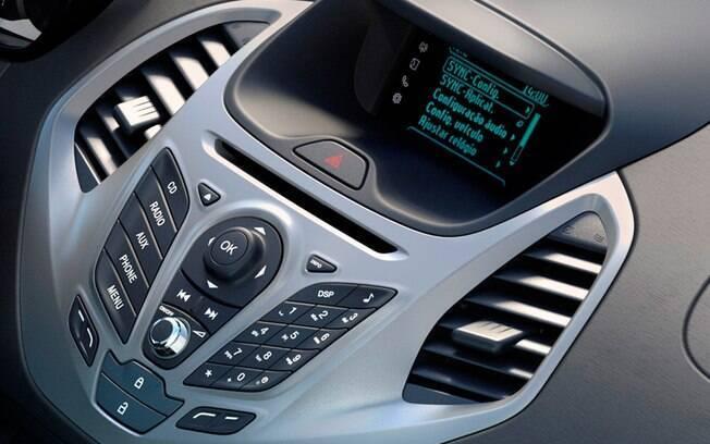 O Ford Sync 1 é tão rústico que mal parece central multimídia. Sua tela é minúscula e é controlada por muitos botões
