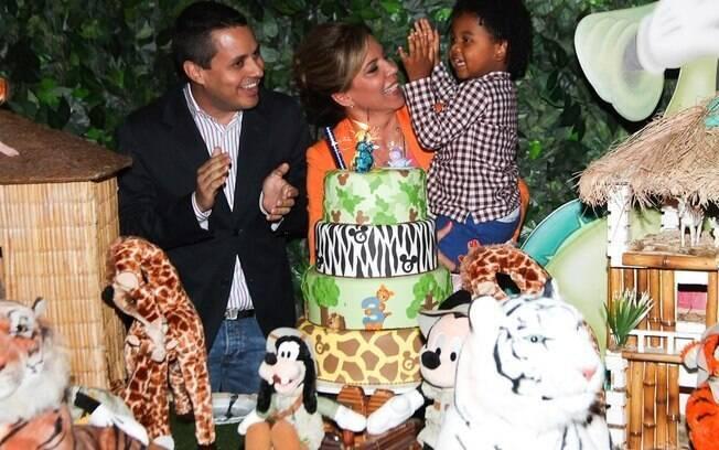 Astrid Fontenelle e Fausto Franco festejaram os quatro anos de Gabriel nessa segunda-feira (1) com o tema Mickey safari