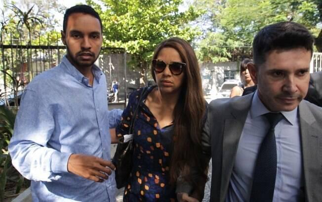Flordelis deixa a DH de Niterói acompanhada de novo advogado