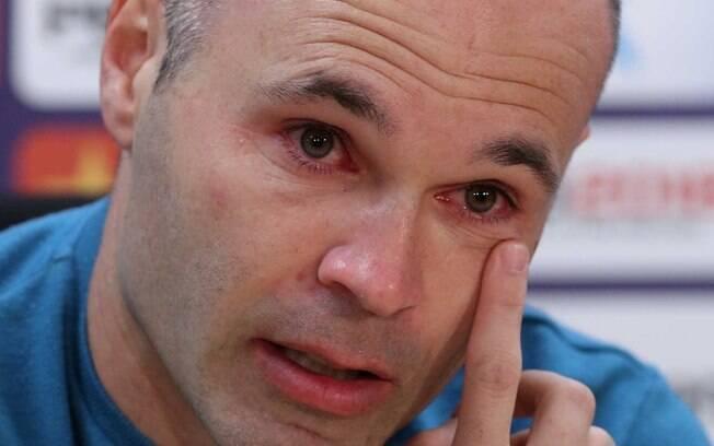 Andrés Iniesta chora ao anunciar sua saída do Barcelona