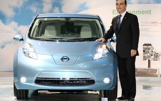 Carlos Ghosn ao lado da primeira geração do Leaf, o carro 100% elétrico mais vendido do mundo