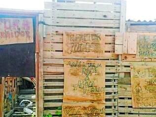 'Fora traidor'.   Mensagens de repúdio foram colocadas em barracão