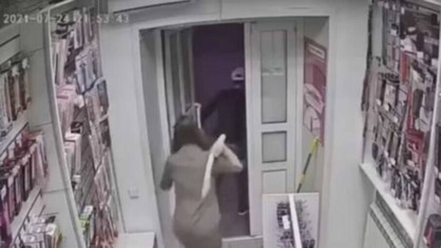 Vendedora usa brinquedo sexual para expulsar assaltante de sex shop