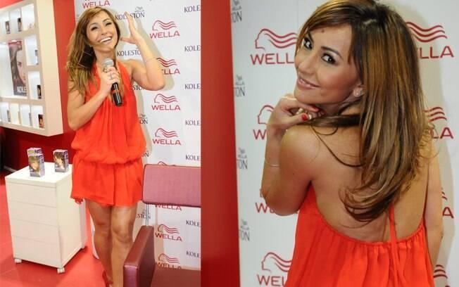 Sabrina Sato esbanjou bom humor na feira de cosméticos