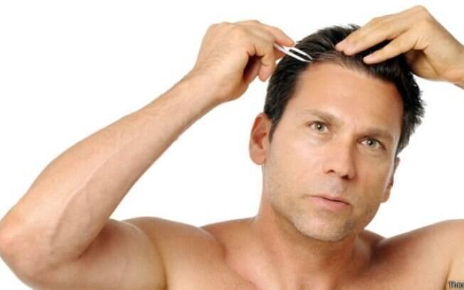 Arrancar os cabelos de uma forma específica pode fazer com que mais fios cresçam no lugar, de acordo com um estudo feito nos Estados Unidos.