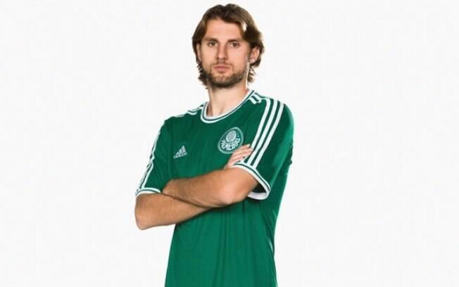 O zagueiro Henrique posa com a nova camisa do  Palmeiras