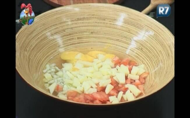 Peão esquece a ordem da receita e coloca ingredientes antes de bater a clara e a gema do ovo