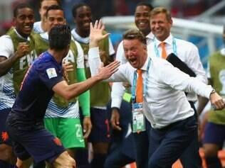 Van Persie e companhia comemoram com van Gaal o massacre sobre os atuais campeões mundiais